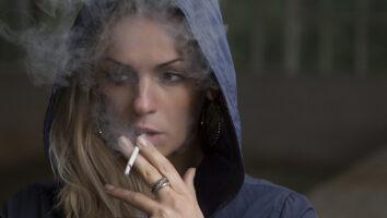 Donna che fuma all'aperto